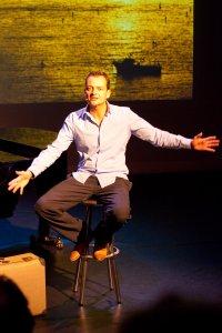 Cabaretier Patrick Spekman bij zijn cabaret op maat show ter ere van de presentatie van zijn verhalenbundel