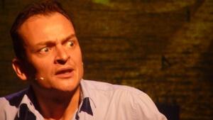 Cabaretier Patrick Spekman bij de presentatie van zijn boek 'In de schaduw van een gek'